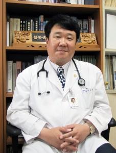 Центральная больница Дасаранг, Заведующий отделением интенсивной терапии - Джон Ёнг Джун